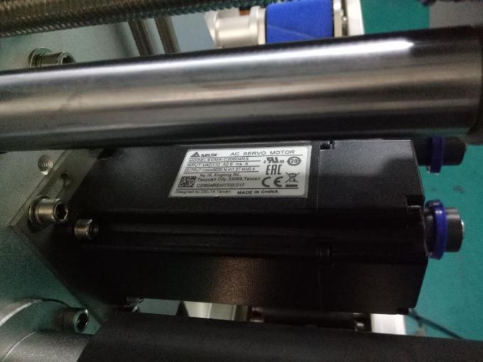 एसयूएस 304 कॅबिनेट दोन बाजूंनी स्क्वेअर बाटली स्टिकर लेबलिंग मशीन वैयक्तिक देखभाल उत्पादनांसह