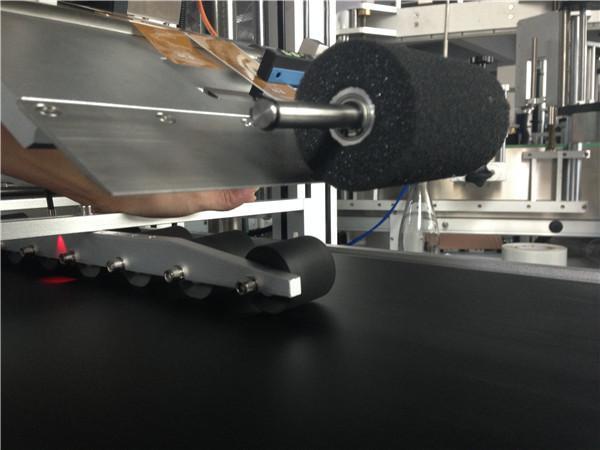 पीएलसी टच स्क्रीन ऑटोमॅटिक स्टिकर लेबलिंग मशीन कॉमॅस्टिक मास्क / कार्टन मास्क