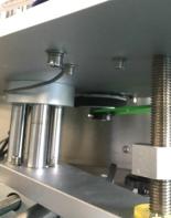 पाउच स्टँडिंग अपसाठी स्वयंचलित बाटली लेबलर डबल साइड स्टिकर लेबलिंग मशीन