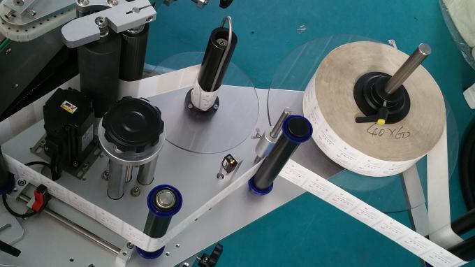 25 किलो जार स्क्वेअर बाटली स्टिकर atorप्लिकेटर मशीन, फीडिंग बाटल्या स्थिर गतीसह लेबलिंग मशीन